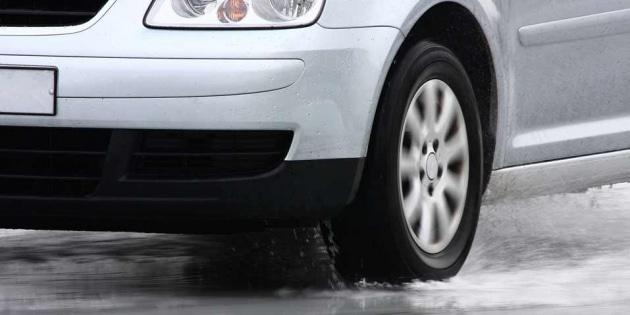 Aquaplaning: come affrontarlo sull'asfalto bagnato.