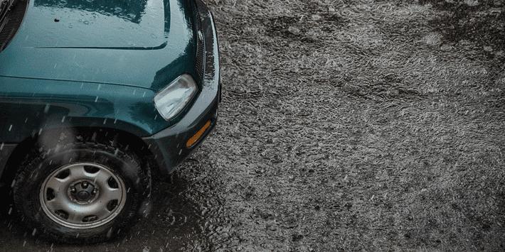 Guidare sotto la pioggia in sicurezza: pneumatici in buono stato