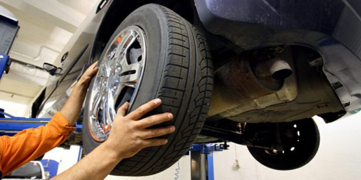 Montaggio degli pneumatici presso un gommista