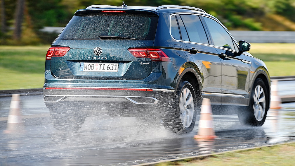 Volkswagen Tiguan frena sul bagnato nel test pneumatici quattro stagioni 2021 per SUV di Auto Bild