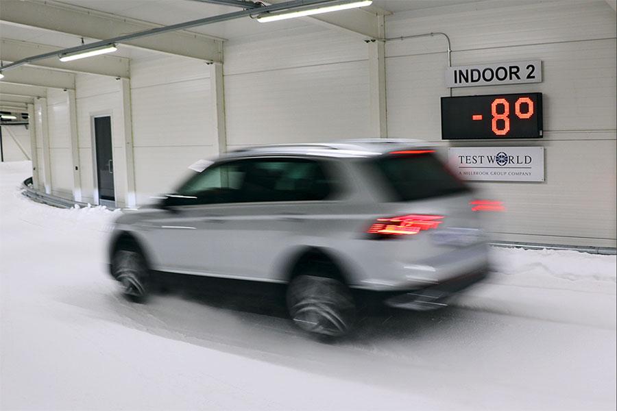 Test Auto Bild sulla neve in Finlandia di pneumatico SUV quattro stagioni