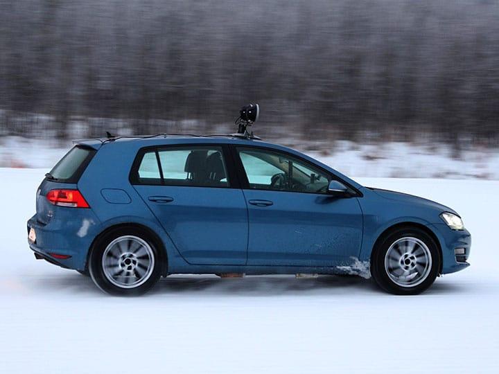 Test pneumatici invernali 2021 di ADAC e TCS: Volkswagen Golf in curva su pista innevata